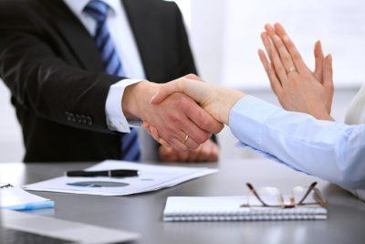 """<a href=""""https://xemtencon.com/xem-tuoi-hop-tac-kinh-doanh/""""><em>Xem phong thủy theo tuổi làm ăn kinh doanh</em></a> để tìm ra đối tác phù hợp"""